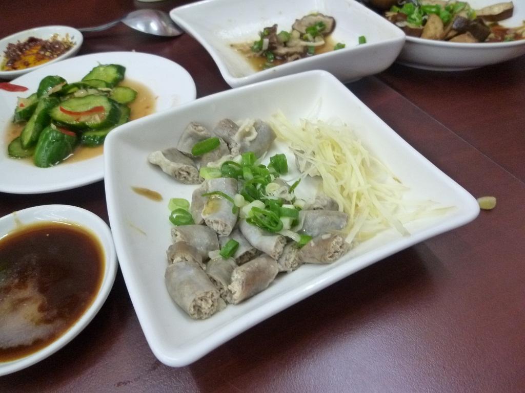 高雄の餐館「美東二」の内臓料理
