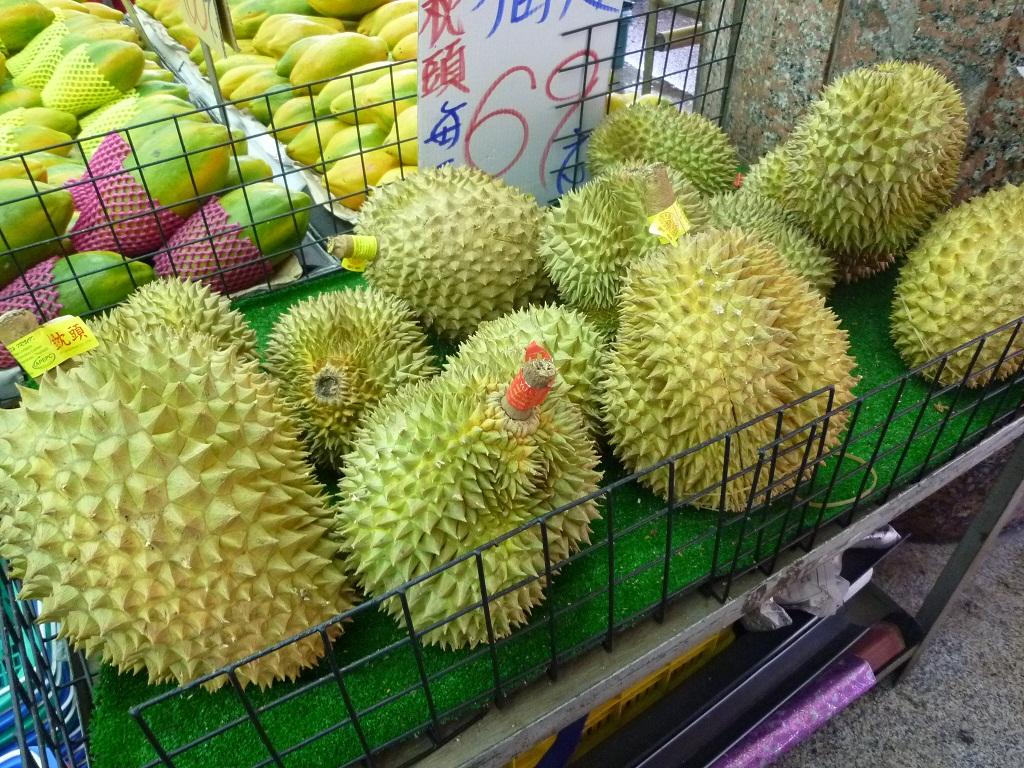 市場(高雄)で果物を買う